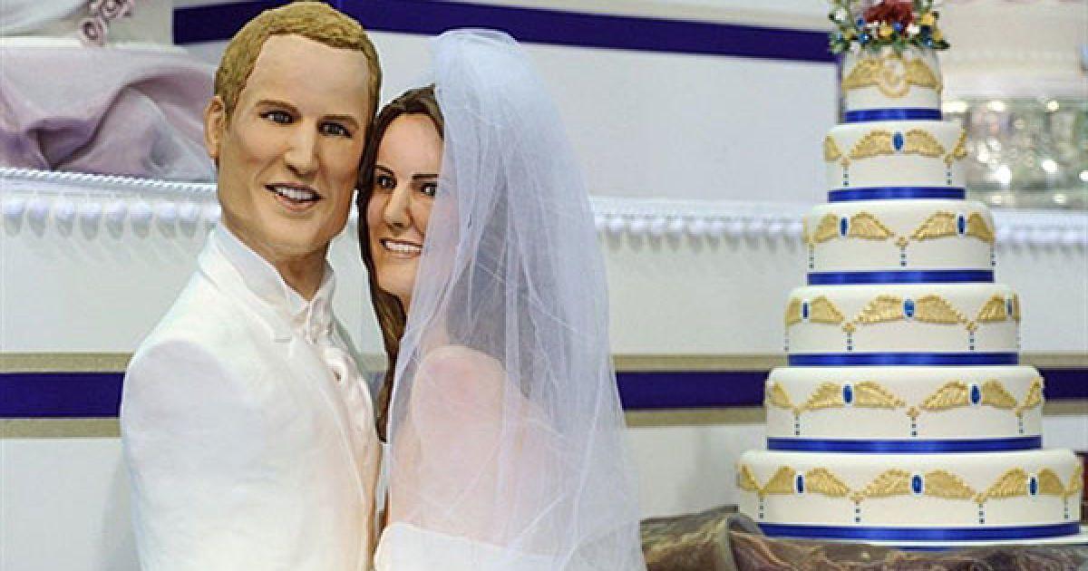 Великобританія, Лондон. Кондитер Мішель Вібово виготовила торт з бюстами принца Вільяма та його нареченої Кейт Міддлтон для виставки Ideal Home Show у Лондоні. Кондитер готувала торт протягом 80 годин. @ AFP