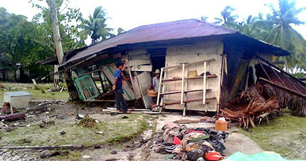 Триметрові хвилі обрушилися на кілька островів архіпелагу Ментавей в провінції Західна Суматра. @ AFP