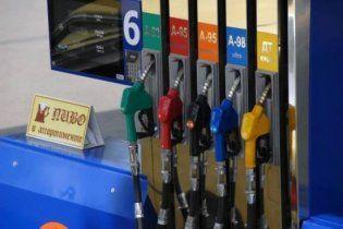 Слідом за доларом в Україні подорожчав бензин