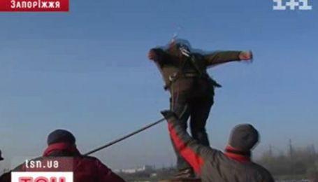 В Запорожье более полусотни людей прыгнули с моста