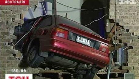 В окно дома влетел автомобиль