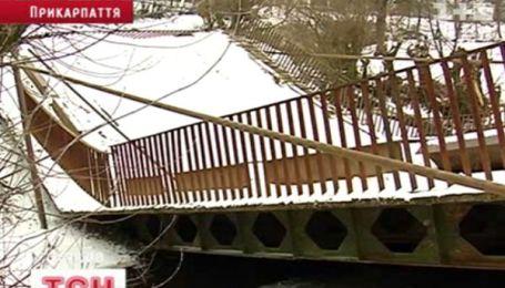 На Прикарпатье пополам разломался мост