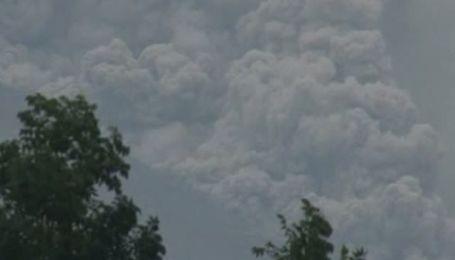 Извержение вулкана Мерапи в Индонезии: десятки тысяч человек эвакуированы