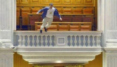 В румынском парламенте журналист выбросился с балкона
