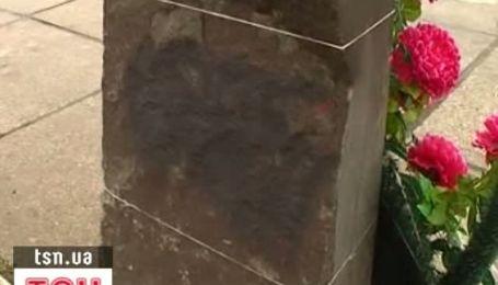 В Луцке разрисовали свастиками камень на месте памятника Бандере