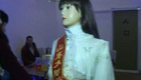 Посетителей китайского ресторана обслуживают роботы