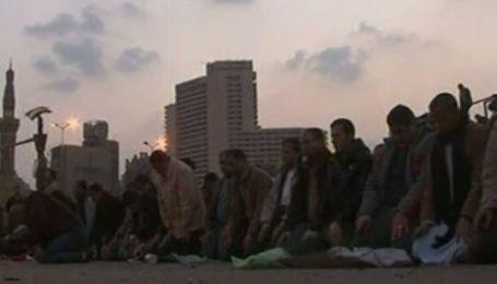 В Египте начались ожесточенные столкновения между сторонниками президента и оппозицией