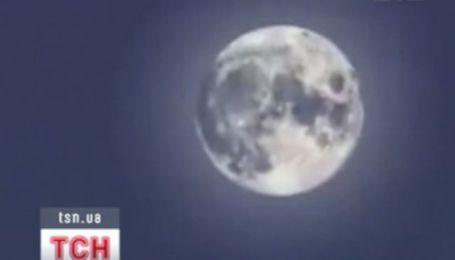 Місяць наближається