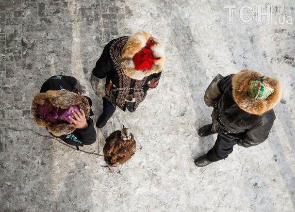 Reuters показало, как в Казахстане охотники верхом на лошадях охотятся вместе с хищными птицами
