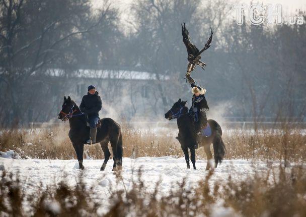 Reuters показало, як у Казахстані мисливці верхи на конях полють разом з хижими птахами