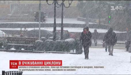 Поліція попереджає водіїв про можливу ожеледицю через потужний циклон зі снігопадами
