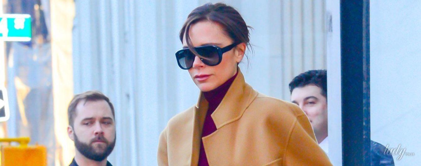 Как всегда, стильная: Викторию Бекхэм подловили папарацци на улицах Нью-Йорка