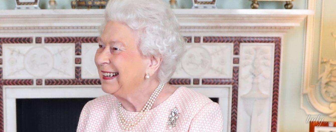 Случается даже с королевами: 91-летняя Елизавета II опять переборщила с макияжем