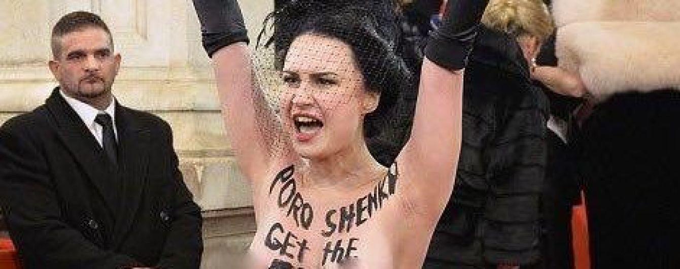 Оголена активістка Femen влаштувала акцію протесту проти Порошенка на Віденському балу