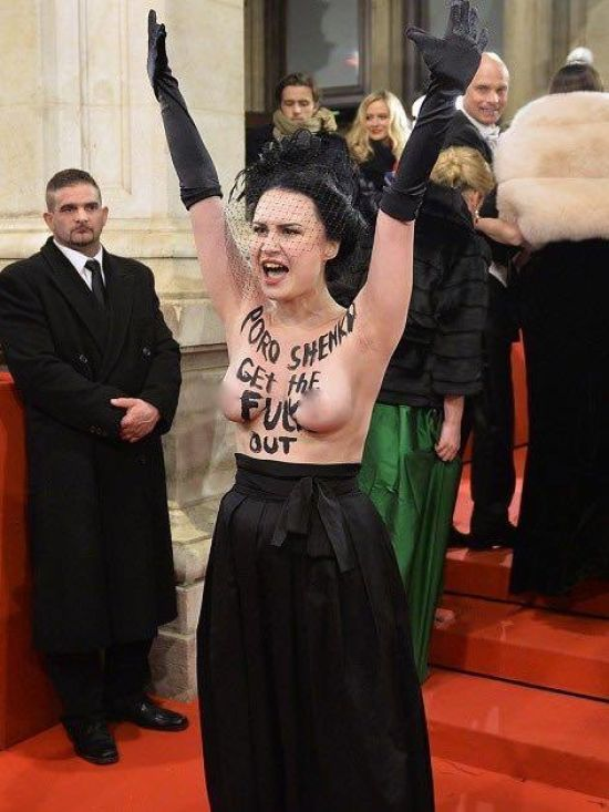 Ологена активістка Femen влаштувала акцію протесту проти Порошенка на Віденському балу