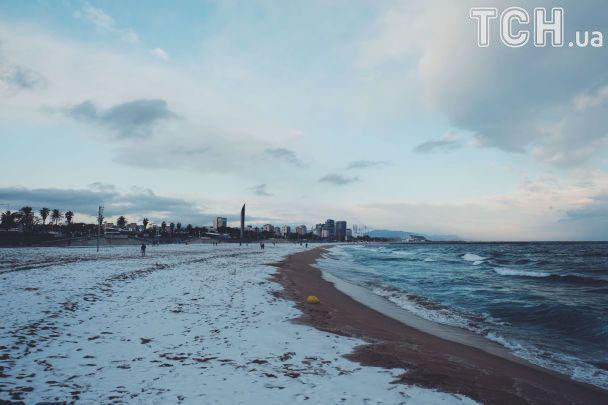 """Лютий у Європі: """"лижні траси"""" у Парижі й заметені снігом пляжі Барселони"""