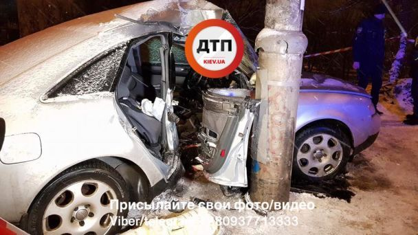 В Киеве Audi влетела в столб, два человека в реанимации