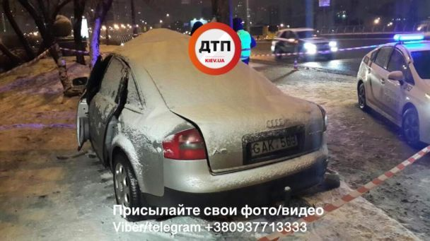 У Києві Audi влетіла в стовп, двоє людей у реанімації