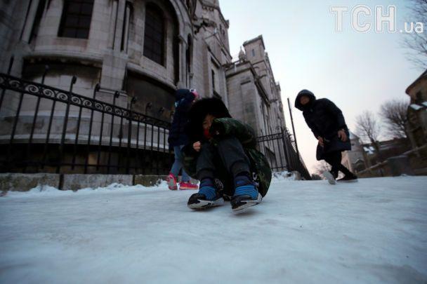 """Февраль в Европе: """"лыжные трассы"""" в Париже и заметенные снегом пляжи Барселоны"""