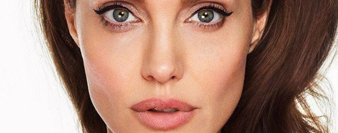 Анджелина Джоли в ярком образе предстала на обложке глянца