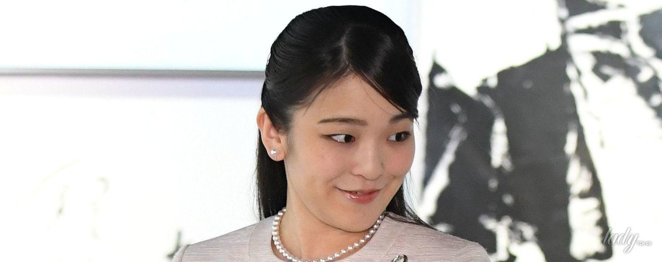 26-летняя японская принцесса Мако в костюме нежного цвета побывала на выставке каллиграфии