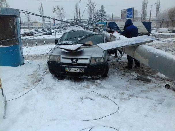 У Вінниці електроопора розчавила легковик, водій у лікарні