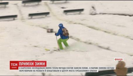 """В Париже открыли """"лыжную трассу"""", а жители Барселоны опубликовали фото заснеженных пляжей"""
