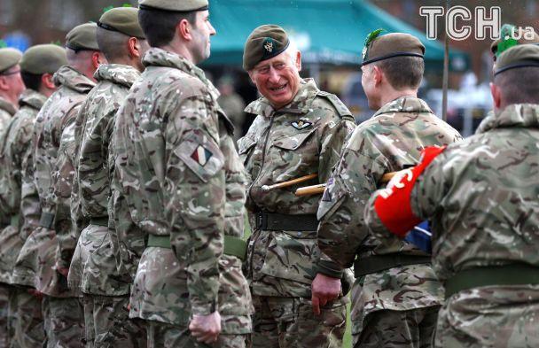 В шлеме и защитных очках: принц Чарльз проехался верхом на БМП