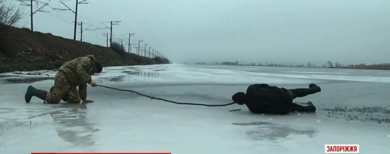 В Запорожье юный рыбак пробежал полтора километра, чтобы достать  из-подо льда старика-односельчанина