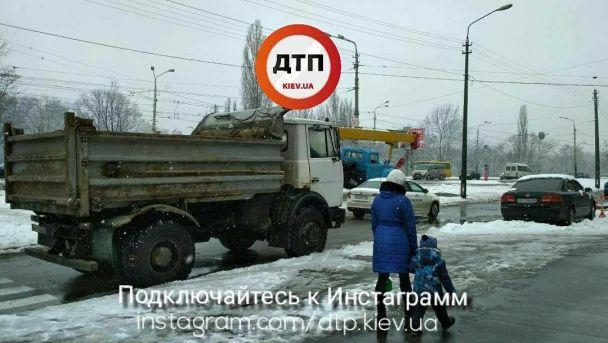 В Киеве сквозь землю провалалась хлебная машина, после чего без водоснабжения остались десятки домов