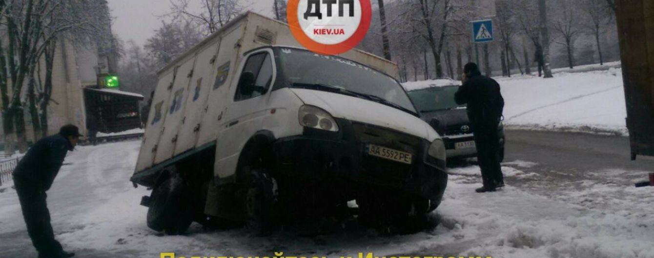 """Кран вытащил машину с хлебом из """"коммунальной"""" пропасти в Киеве"""