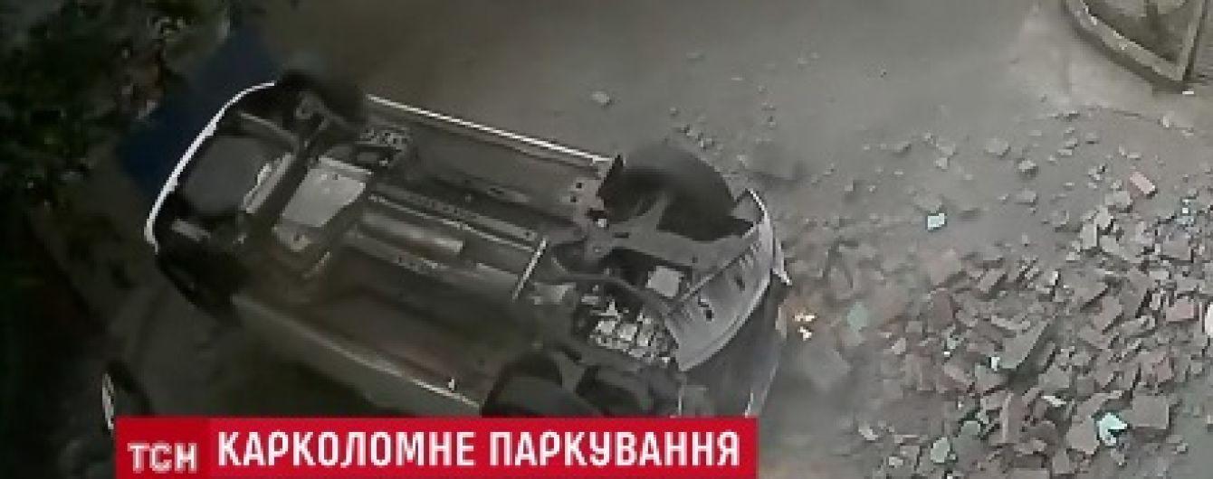 У Китаї водій легковика та його пасажирка уцілили після падіння з другого поверху паркінгу