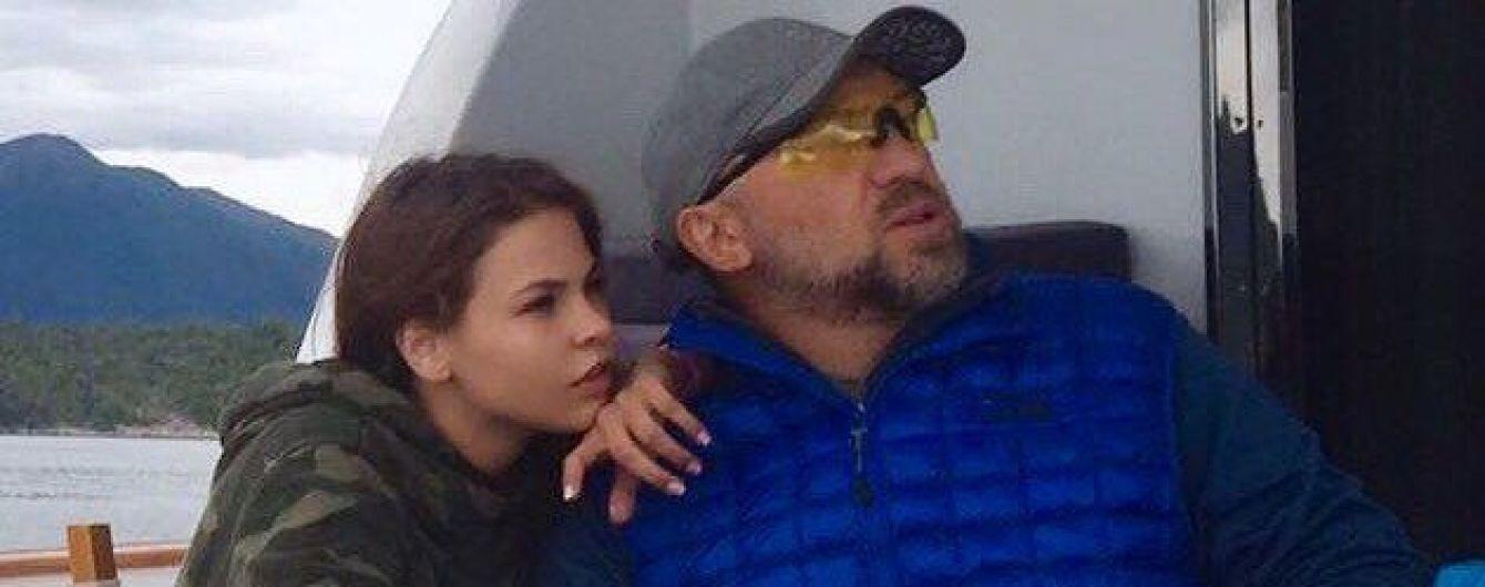 Дівчина з ескорту видалила фото з заступником Медведєва з соцмереж після подання на неї до суду