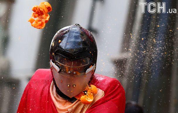 В Италии устроили уличные бои апельсинами