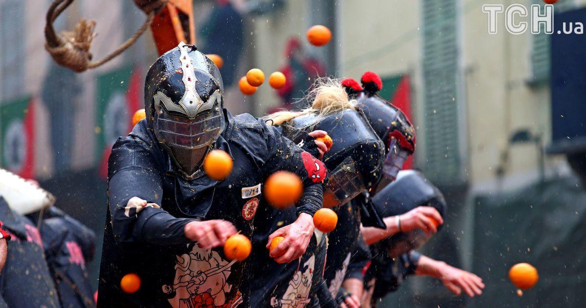 В Італії влаштували вуличні бої апельсинами