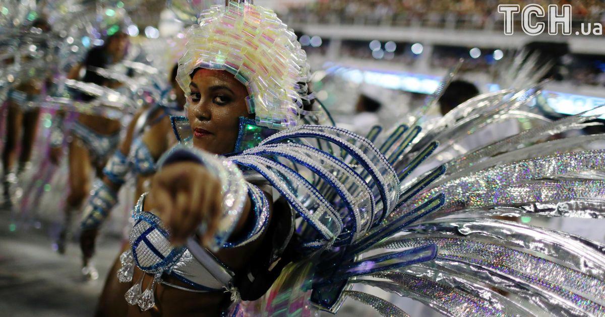 """Откровенные костюмы и """"грязные"""" танцы: в Рио-де-Жанейро продолжается битва школ самбы"""