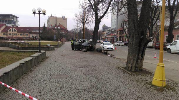 В центре Ужгорода джип врезался в дерево, погибли трое иностранцев