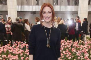Джулианна Мур пришла на модный показ в брюках-палаццо