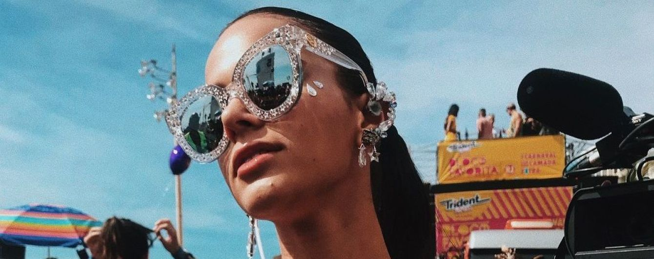 Девушка Неймара поразила супероткровенным нарядом на карнавале в Бразилии