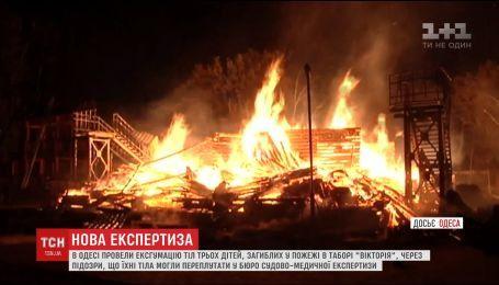 """В Одессе провели эксгумацию тел детей, погибших в результате пожара в лагере """"Виктория"""""""