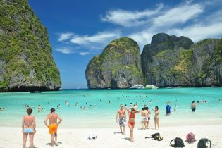 Через недбальство туристів у Таїланді закриють один із найкрасивіших пляжів світу