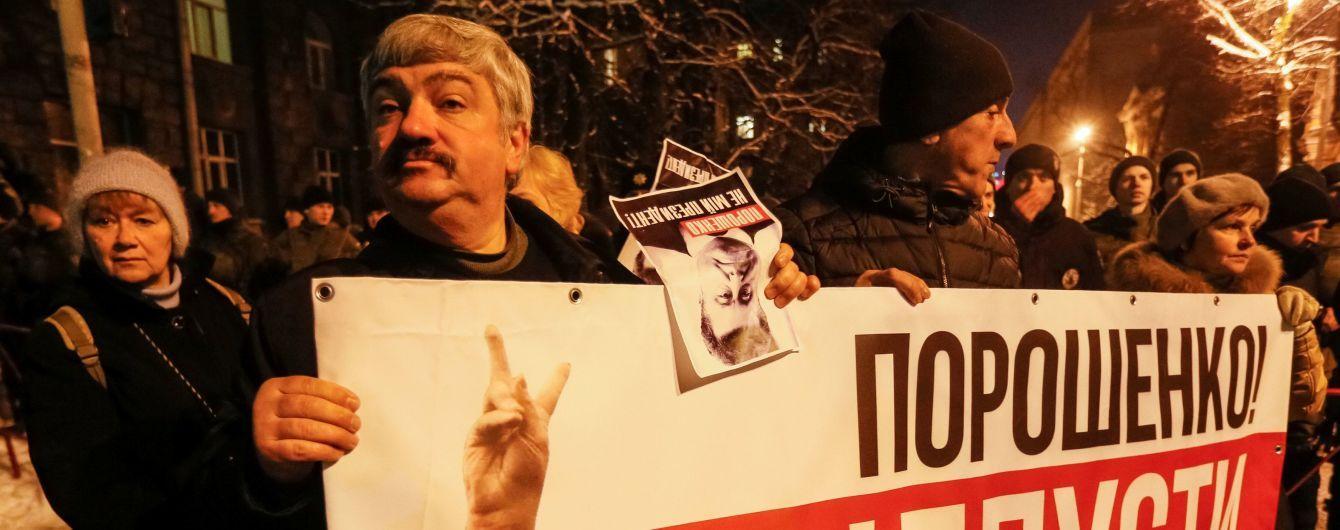 На Банковій серед прихильників Саакашвілі з'явилися молодики в чорних одностроях без розпізнавальних знаків