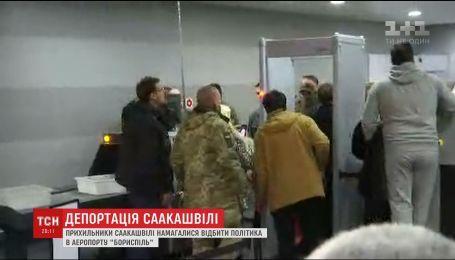 Сторонники Саакашвили пытались остановить выдворение политика