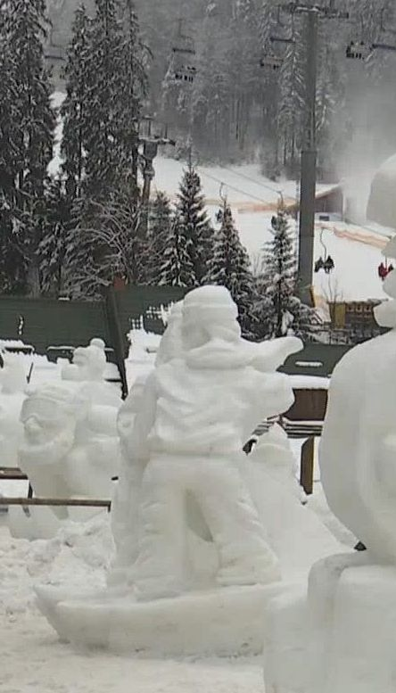 На Буковелі митці створили казковий парк в рамках фестивалю снігових скульптур