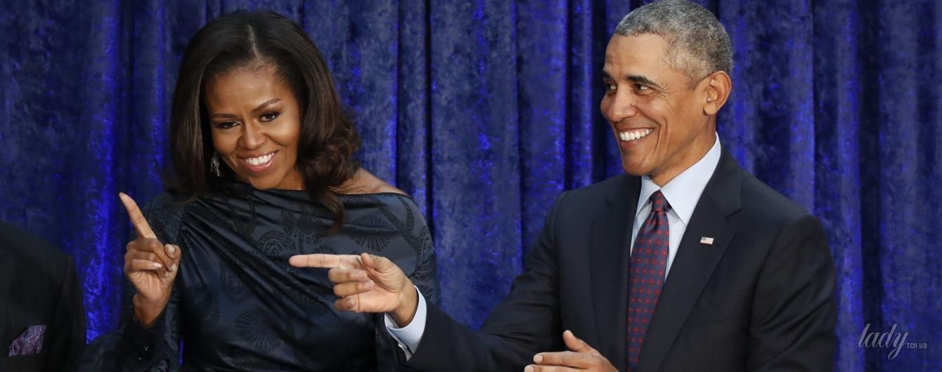 Супруги в портретной галерее: Барак Обама в классическом костюме, Мишель – в асимметричном платье