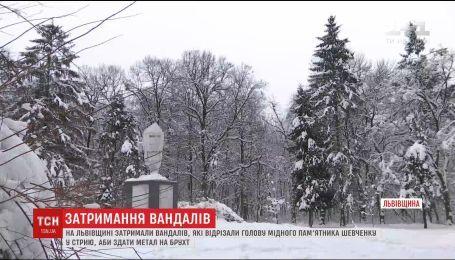 На Львівщині спіймали вандалів, які відрізали голову пам'ятнику Шевченка