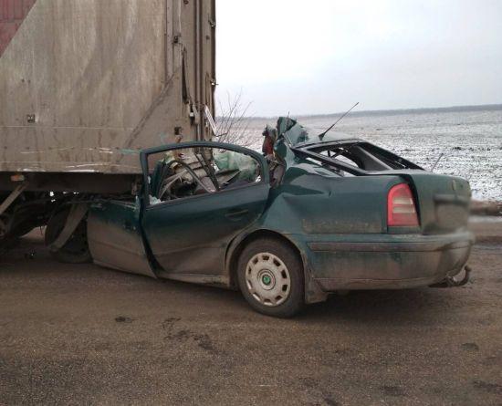 На Кировоградщине из-за столкновения машины с автопоездом погибли трое людей