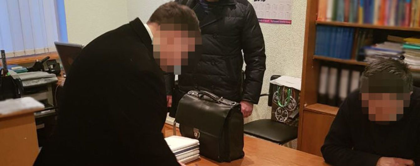 На Київщині арбітражний керівник погорів на хабарі у 15 тисяч доларів