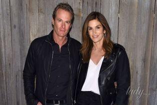 В необычных брюках и кожаной куртке: стильная Синди Кроуфорд вместе с мужем сходили на показ Calvin Klein