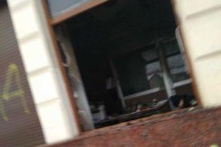 """У центрі Львова невідомі підпалили відділення """"Сбербанку Росії"""", кинувши у вікно коктейль Молотова"""